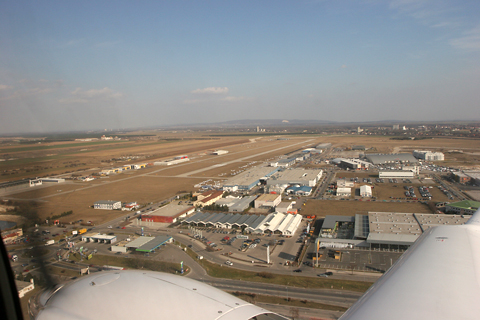 Tight right base for RWY 10, with both the runway and the Diamond works easily and clearly visible