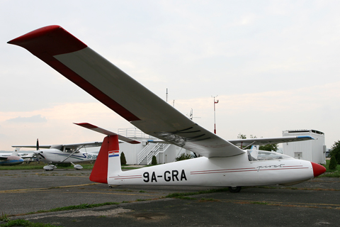 From the long line of (underrated) Polish gliders is this PZL-Bielsko SZD-30 Pirat. A simple and stable Club class model, featuring neither flaps, retractable gear not ballast, the Pirat is made of wood, something rare in today's fiberglass and composite world
