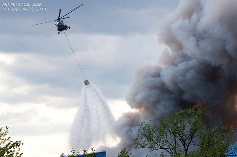 229 attempting to control the blaze using a FLORY 2600 bambi bucket. Scooping up water in a nearby artificial lake, the crew were able to drop a load every few minutes - sadly without much effect.